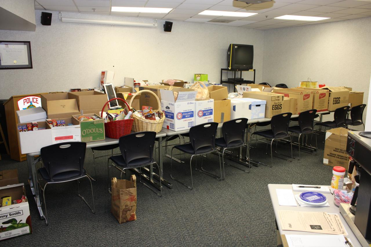 Thanksgiving food drive baskets (1)